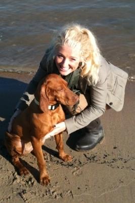 Julia Neuen mit Viszla Hündin Stella am Strand
